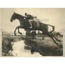 "1928 Press Photo The Honorable A. Baillis on ""Sywell"" Jumps Over Brook"