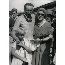 1932 Press Photo Photo Wife Freddie Daughter Frame