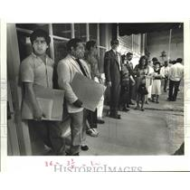 1987 Press Photo Illegal immigrant: Guillermo Higueros with lawyers and aliens