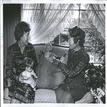 1974 Press Photo Mrs Walter Hellmich & Mrs Lloyd Page