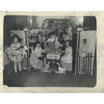 1934 Press Photo bBoys girl younger Pupils school toys