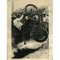 Press Photo Atethen Bradford Cut Tape to Win Second Place in 45-Cubic Inch Race