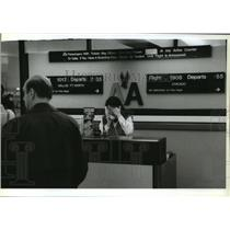 1993 Press Photo Cancelled flights at Mitchell Airport by American Airlines