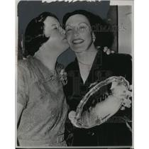 1952 Press Photo Swimmers Gertrude Ederle and Florence Chadwick with Award