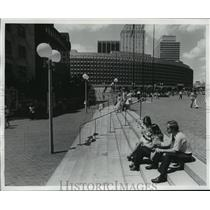 1975 Press Photo Workers Eating Lunch Outside New Government Center Mall
