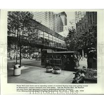 1974 Press Photo Mini-buses and Skyways in Nicollet Mall in Downtown Minneapolis