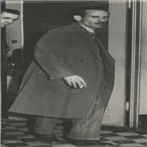 1931 Press Photo Paul Carrington Kill Wife Pose Snap