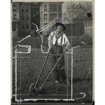 1923 Press Photo Woman working on her Garden - neo03910