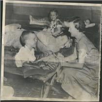1955 Press Photo Red Cross Phyllis Hazel Hurricane dog - RRY30899