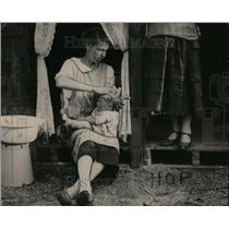 1928 Press Photo Great Britain People Baby ~op fields