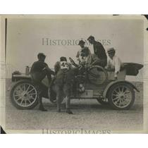 1920 Press Photo Men Bringing in a Wrecked Automobile - nef67306