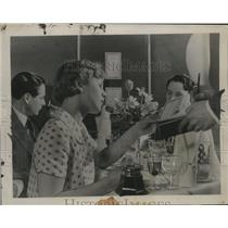 1936 Press Photo British woman at a meal on an airliner - neo25340