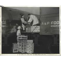 1945 Press Photo First Plane Load of Perishable Food Ever Flown From Coast