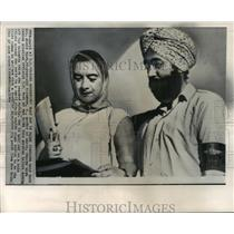 1964 Press Photo Mrs. Jerrie Mock & I. S. Vedi Discussing Her Plans at New Delhi