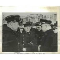 1942 Press Photo Admiral Vinggradov Talks with Members of His Submarine Crew