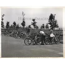 1943 Press Photo New York Orchard Beach & bicycles for transportation NYC