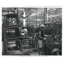 Press Photo Woman assembly plant  Samsonite Corp work