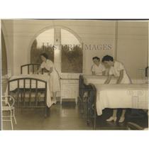 1939 Press Photo Probationer Nurses Fixing Beds Correct