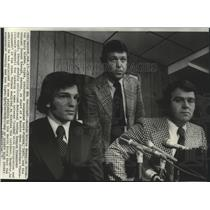 1975 Press Photo Boston Bruins hockey's Harry Sinden & Dave Forbes with lawyer
