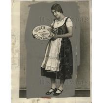 1929 Press Photo Miss Helen Lannoch, A German Showing Pretty Plate - neo12648