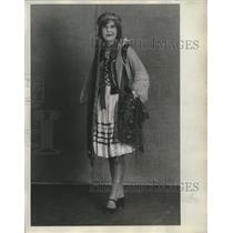 1929 Press Photo Regina Barsrewski Polish girl holds a kerchief with bodice