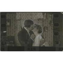 1923 Press Photo A man & a woman in a kissing scene - neo23872