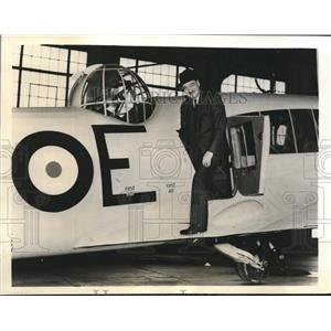 "1940 Press Photo Honourable C.G. Power Looking Over An Avro ""Anson"" - sbx08928"