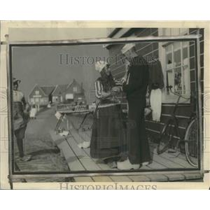 1924 Press Photo A Holland maiden teaches a sailor how to dance in wooden clogs