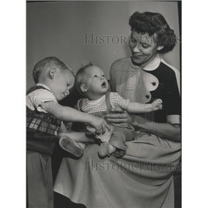 1852 Press Photo Mrs. Richard Snow and her children Gary and Richard