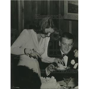 1940 Press Photo Bette Davis helping husband, Arthur Farnsworth to wedding cake