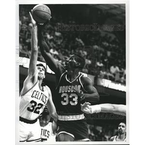 1989 Press Photo Otis Thorpe Steals Kevin McHale's Ball - RRQ35837