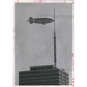 1972 Press Photo Goodyear Blimp over One Shell Plaza in Houston - hca23948