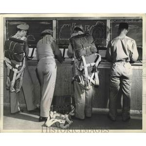 1943 Press Photo Air Transport Command pilots and crews sign out for the flight