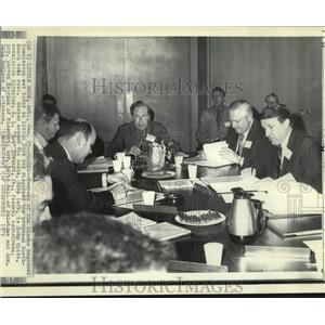1971 Press Photo Governor Warren Hearns & others discuss North-South toll road