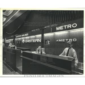 1987 Press Photo Employee behind Metro Airlines ticket counter - hca41787