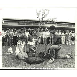 /**1979 Press Photo Memorial Drive Elementary students plant tree, Spring, Texas