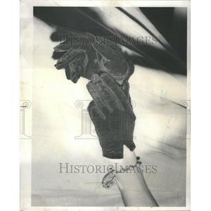 1975 Press Photo Black Shortie Gloves Shiny Jet buttons - RRU80939