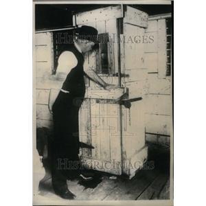 1925 Press Photo T.E.Roberts Dungeon Prison - RRU22181