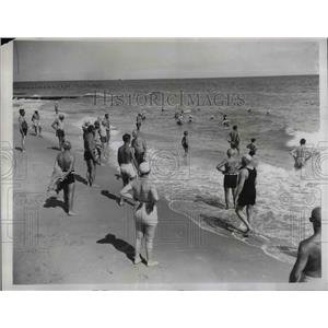 1935 Press Photo Crowd enjoying Breakers beach in Palm Beach Florida - nea30969