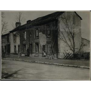 1920 Press Photo Major Henry du Bellet in front of wrecked houses of Rheims