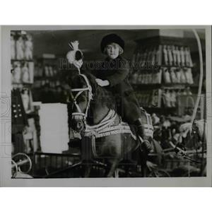 1922 Press Photo A decorated horse with it's new owner at a London shop