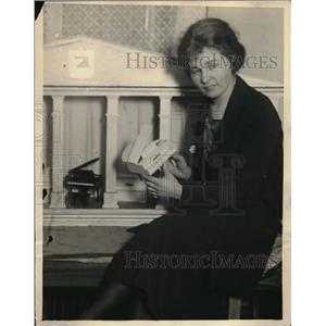 1923 Press Photo Bertha Woodrow with toy Baby-Grand piano at Toy Show in NY