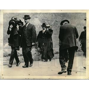 1913 Press Photo The Musicas being escorted from the Pier after arrest