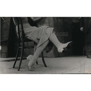 1913 Press Photo Lady Wearing Mid-Size Heeled Light Colored Pump
