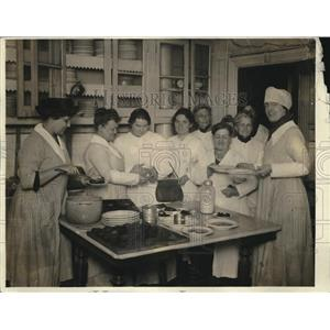 1918 Press Photo Luncheon in kitchen, Mrs Brick, Hom Ec dept, Natl League Women