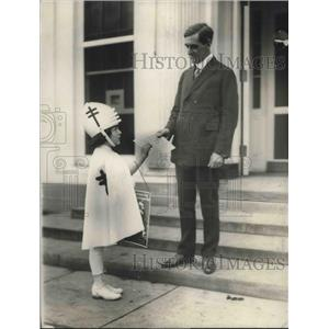 1921 Press Photo Girl sell TB stamps to George Christian secretary to the Pres.