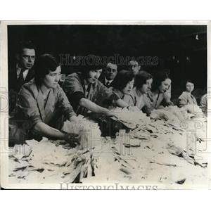 1931 Press Photo Women draw the sweepstake tickets on the Grand National race