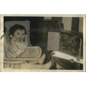 1924 Press Photo Audrey Levinson, age 1, listens to radio in Del Ray, VA