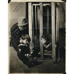 1914 Press Photo Juanita and Frank play jail at their father's trial-Ricard Ford