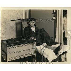 Press Photo Young Amish Lady At the Woman's Hospital